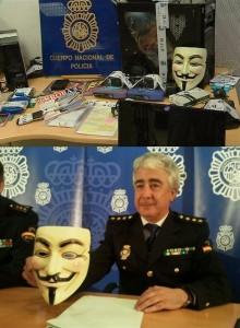 José Manuel Vázquez comisario jefe de la Brigada de Investigación Tecnológica mostrando una careta de Guy Fawkes incautada a miembros de Anonymous detenidos